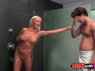Guy finds негов gfs мащеха в на душ