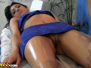 Гледайте горещ момиче еротичен масаж сцена