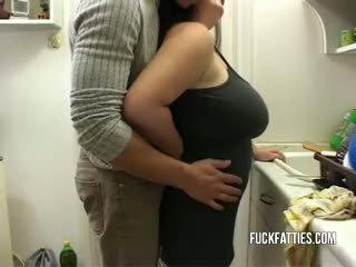 Horký velké krásné ženy gets rewarded s kohout pro doing the dishes