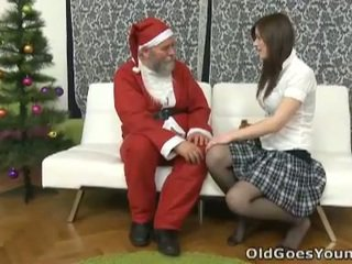 पुराना santa clause gives युवा टीन एक gift
