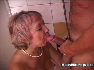 Sexy avó duche having diversão com jovem caralho