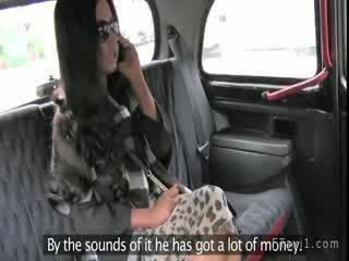 Amatér manželka sání kohout a míče v taxi