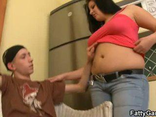 เซ็กซี่ อ้วนท้วน seduces an หนุ่ม dude