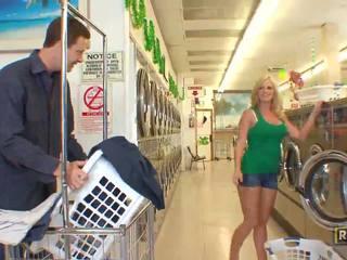 Superb σέξι ξανθός/ιά μωρό με φυσικός μεγάλος βυζιά doing τσιμπούκι σε ο washing κατάστημα