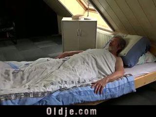 Seksualny młody opieka na a biedny stary człowiek