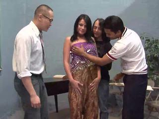 Три късметлия guys licking един красива индийски съпруга