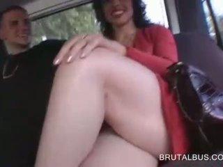 Zmyslové bruneta talked do having sex pre hotovosť