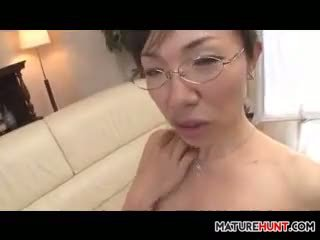 Vyzreté ázijské žena satie na a vták