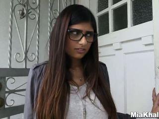Mia khalifa wants bir öğürerek tuvalet