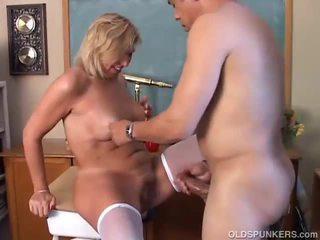 成熟した ブロンド gets 彼女の 女 掘削