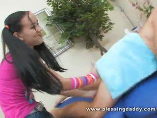 Sexy jung masseuse amai liu gives ein reif schwanz ein glücklich ending