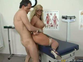 Úžasný busty blondýnka lékař getting ji kočička fucked těžký