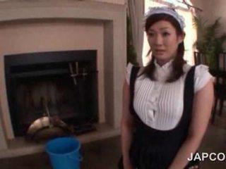 Сексуальна підліток азіатська покоївка getting її сідниці змащена олією вгору на камера