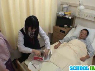 アジアの 女子生徒 visits male 友人 で 病院 のために a