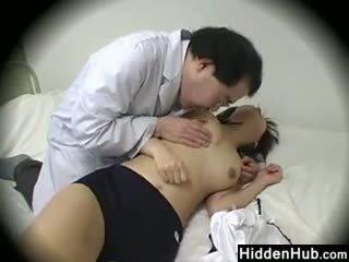 Daktaras dulkinimasis schoolgirls į the ofisas