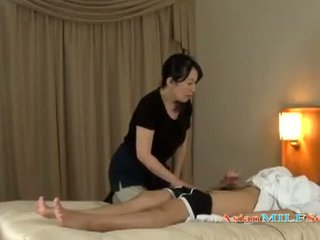 Зріла жінка massaging guy giving мастурбація getting її цицьки rubbed на the ліжко