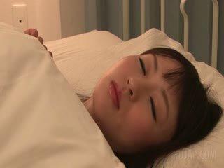 Delicate azijietiškas mokinukė seducing a guy į jos lova