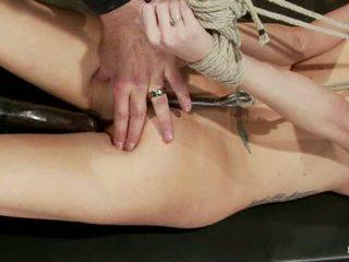 Caliente flexible rubio suffers un categoría 5 suspension anal hook pesado nipple weights hecho a cum1