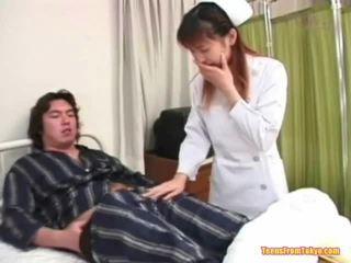 Itämainen sairaanhoitaja pelissä pois