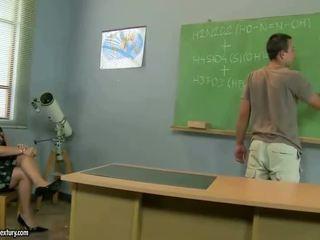 पुराना टीचर gets गड़बड़ द्वारा उसकी स्टूडेंट