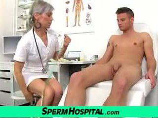 ل صبي بوضعه في الثدي من حار نحيف جبهة مورو الطبيب beate