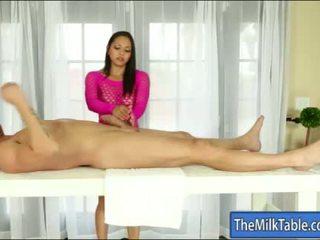 Gros seins masseuse adrianna luna blowjobs sous la table