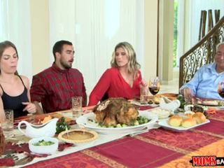 Madres bang adolescente - traviesa familia thanksgiving <span class=duration>- 10 min</span>