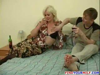 שתוי אמא שאני אוהב לדפוק seduced על ידי צעיר אדם