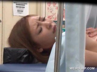 Azijietiškas sweetie gets jos pagrobimas licked iki lusty daktaras