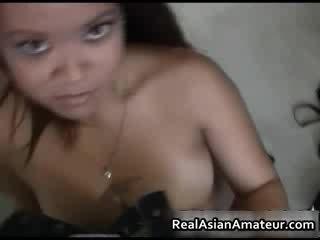 Vakker barmfager asiatisk licking kuk
