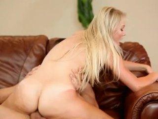 Natalia rogue bionda pollastrella got throbcouch difficile su divano