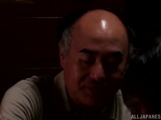 Yui hatano gives а сладурана лизане към малко elderly bloke