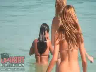 Den cutie dolls i sexig bikinis are spelar med den waves och getting spied på