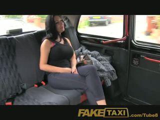 Faketaxi prikaži punca s velika prsi fucks za denar
