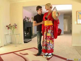 Blondinė geisha breaking su customs
