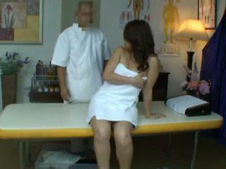 צעיר אישה reluctant אורגזמה במהלך בריאות מסג'