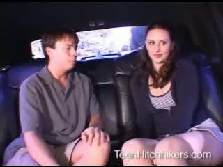 Тийн hitchhiker enjoying тройка секс