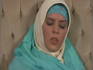 Arab muslim met mooi tieten gets geneukt doggy stijl