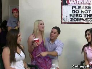 Slutty korporatsioon tüdrukud pidu raske koos frat boys
