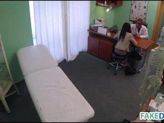 Fake docteur cures avec son pénis