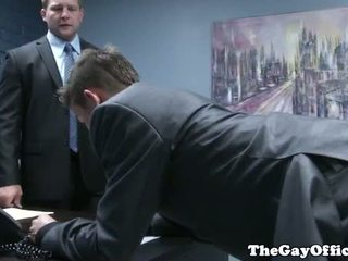 Gaysex baas spanks en fucks tw-nk assistant