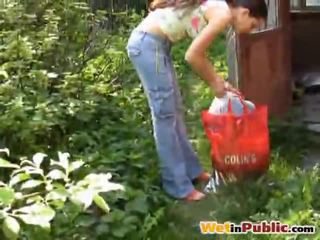 طريق مفلس فتاة urinated نفسها