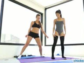 Exercises turns til intimate lesbosex av veronica og abby