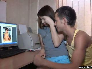Anh ấy asks cô ấy đến chương trình một số