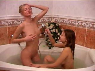 Alessandra ו - חבר taking a bath