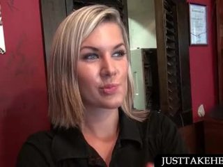 Blondýnka servírka blowing shaft pro hotovost v veřejné