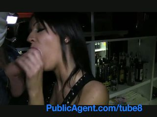 Publicagent piękne brunetka barmaid gets fucked za the bar