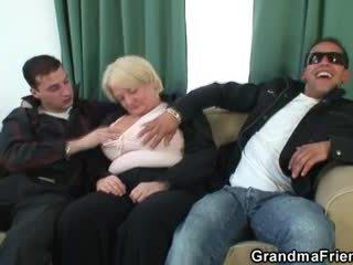 Trío orgía con borracha abuelita