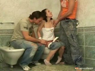 Kolm mõned sees the washroom