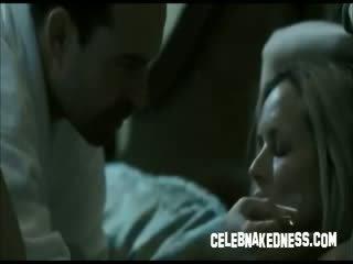 Celebryci maria bello bare piersi i tied w górę w łóżko sterczące titties
